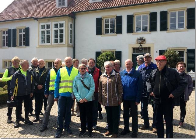 Radlergruppe vor dem Haus des Gastes in Bad Holzhausen